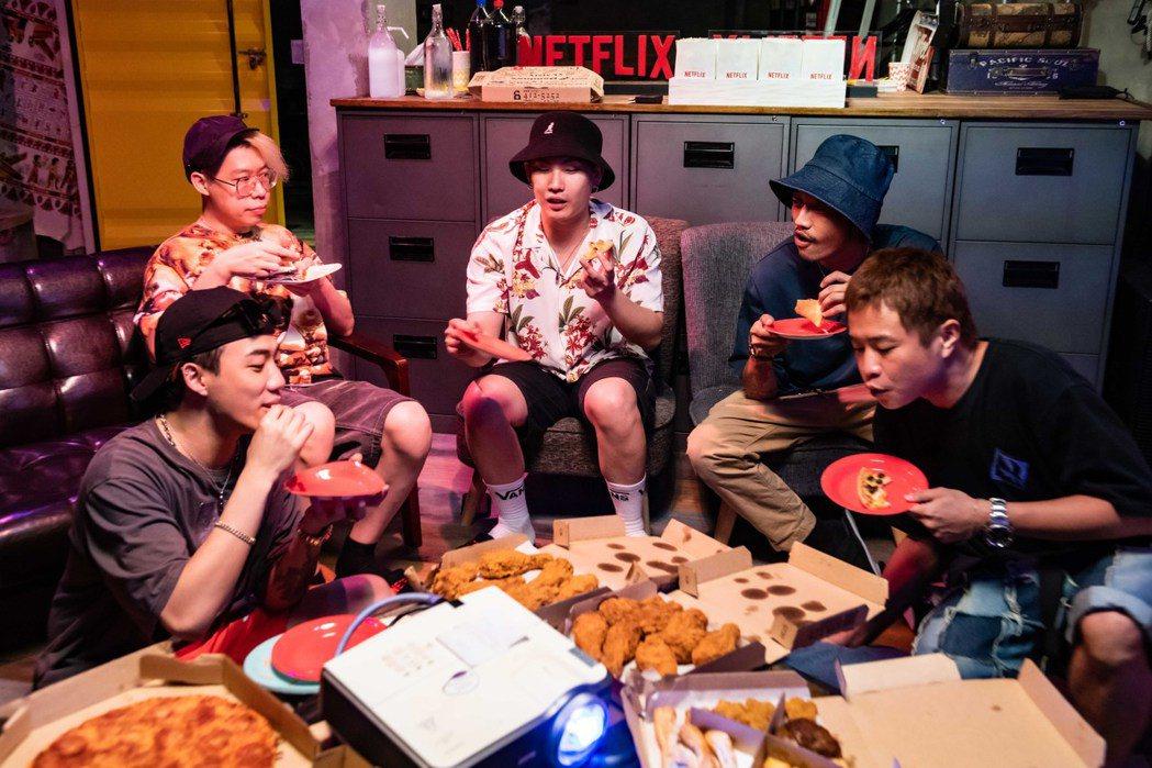 ØZI(左)邀請眾多好友開Netflix派對看「超能計畫」。圖/Netflix提...