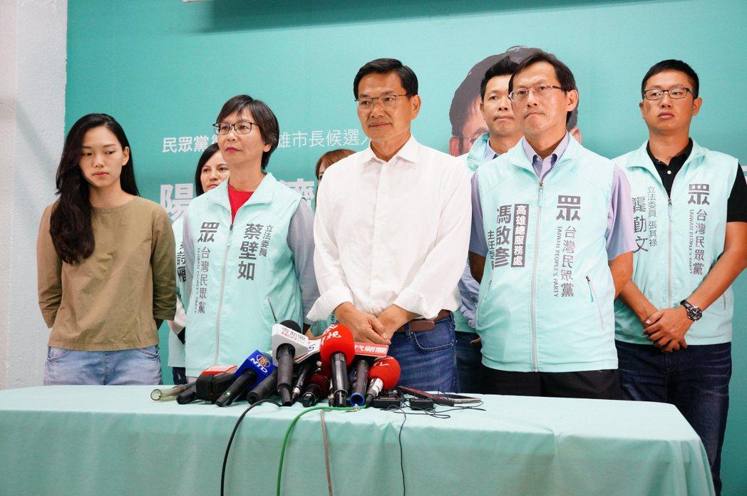 民眾黨高雄市長候選人吳益政(前中),則由民眾黨籍立委蔡壁如陪同發表落選感言。 圖/聯合報系資料照