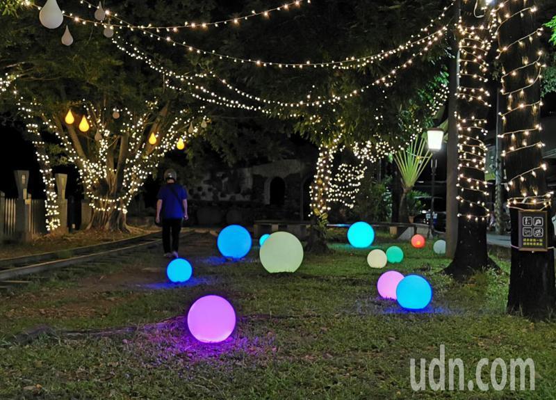 北門車站周邊草皮,還有淡彩燈球、幻化不同色彩。記者卜敏正/攝影