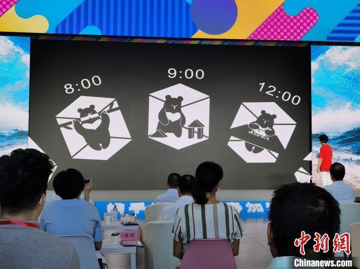台灣插畫作者梁紘銘介绍他在疫情期記錄隔離生活的插畫。圖/取自中新網