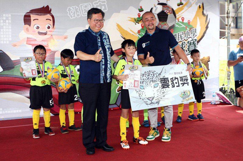 鄭文燦親自頒獎給冠軍球隊MVP。圖/迷你足球協會提供