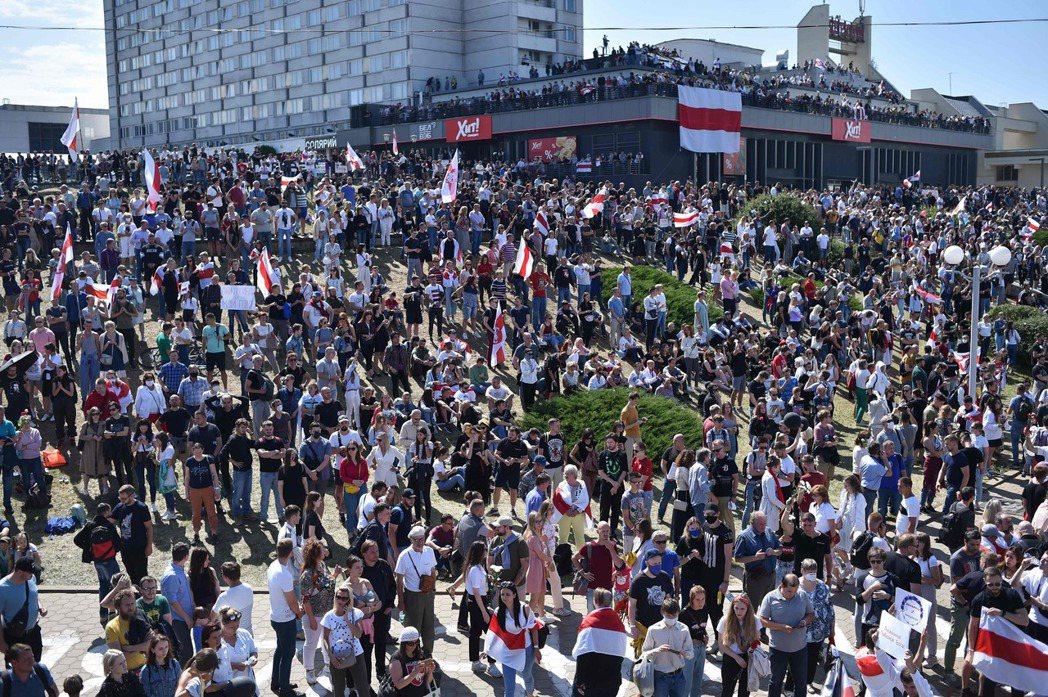 大批民眾15日聚集在明斯克普希金地鐵站周遭。(法新社)