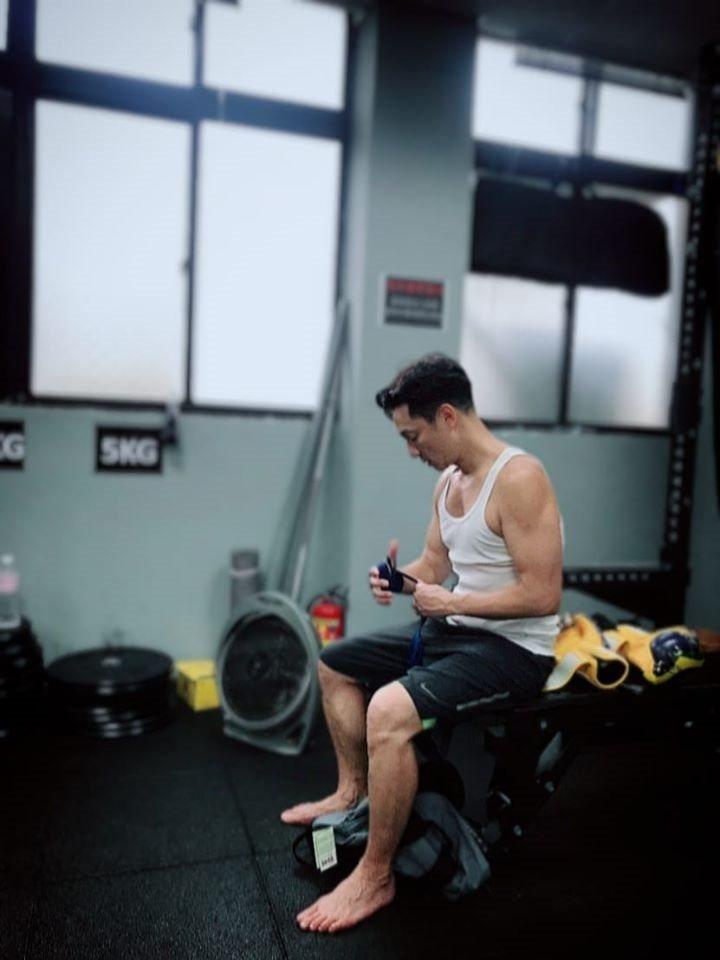 謝祖武體態絕佳,他在臉書分享健身照,並寫下:「每一次上場都是機會」。 圖/取自5...