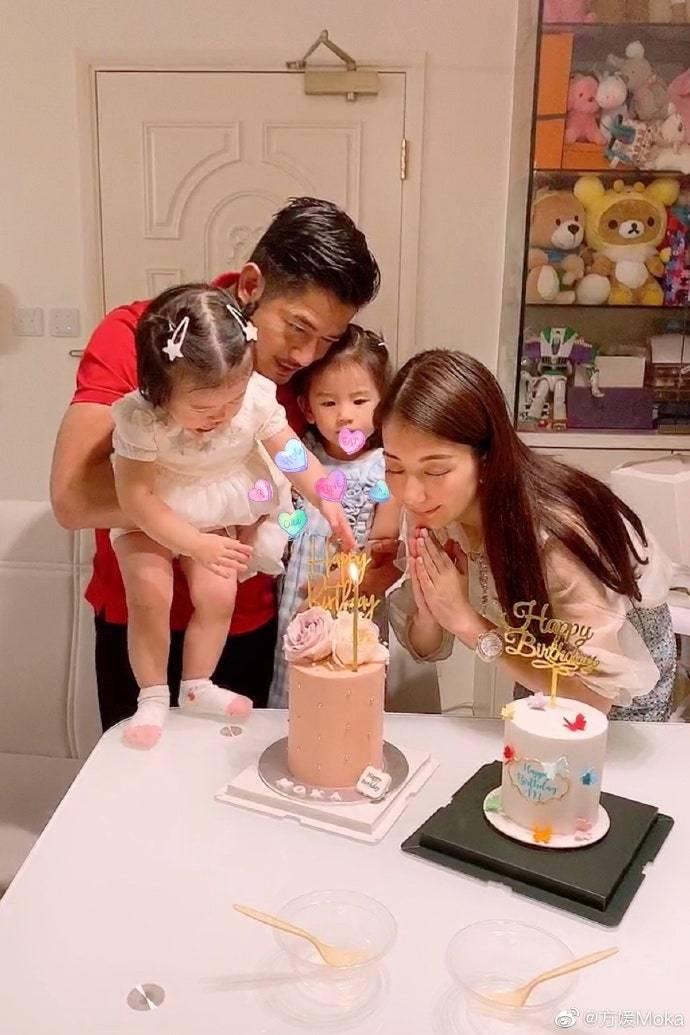 郭富城抱著兩個女兒替老婆方媛慶生 © 方媛微博 圖/VOGUE提供