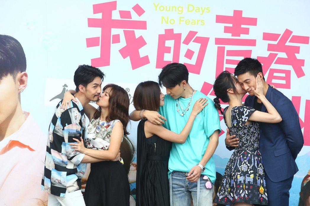 三立八點華劇「我的青春沒在怕」昨天舉辦粉絲見面會,演員唐禹哲(後排右三)、蔡黃汝...
