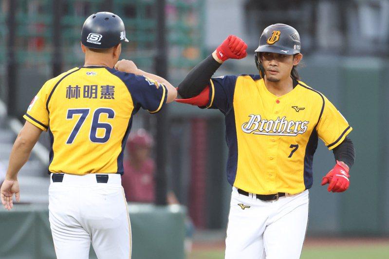 張志豪(右)成為史上首位連四季20轟球員。 記者季相儒/攝影