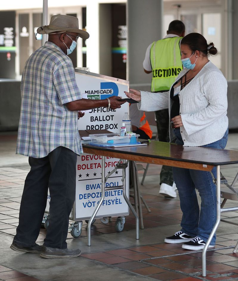 確保選民可投票,但又不須擔心排隊投票而染疫,佛州作法是選民在家中選好票,再帶到指定的投票站,不使用傳統郵寄辦法。圖為邁阿密市的投票接受站。 法新社