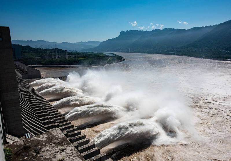 長江第4號洪水形成後,三峽大壩洩洪,長江重慶儲奇門段水位明顯上漲,臨江物流市場被淹浸。 新華社