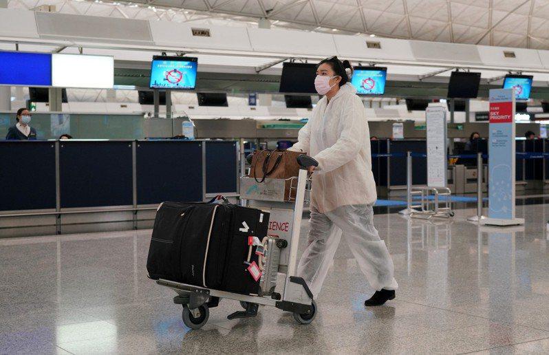 香港機場管理局宣布,香港搭乘航班往北京的旅客,17日起須出示由特區政府認可檢測機構發出、於登機前七天內進行的新型冠狀病毒核酸檢測陰性證明。 香港中國通訊社