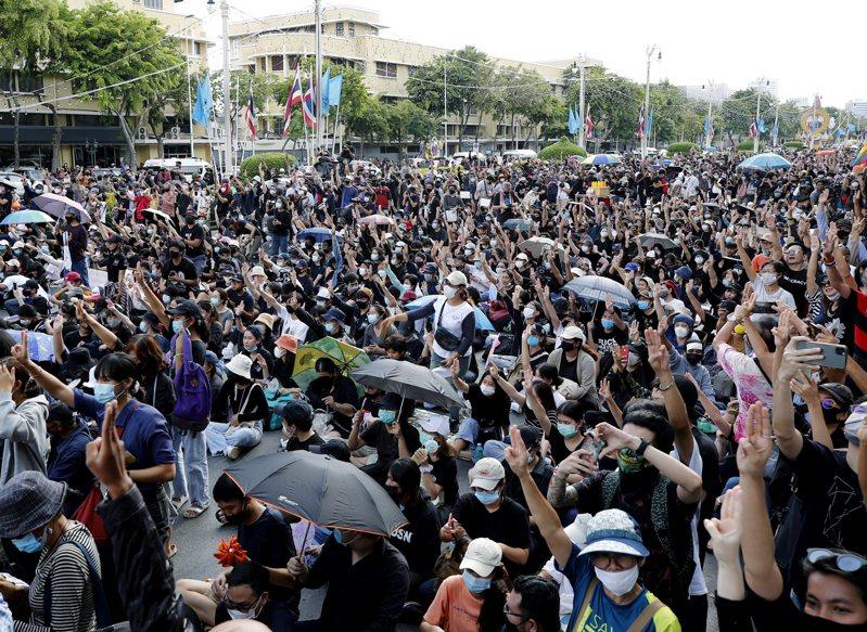 泰國上萬名抗議人士聚集在民主紀念碑前,呼籲解散國會和修憲。 歐新社