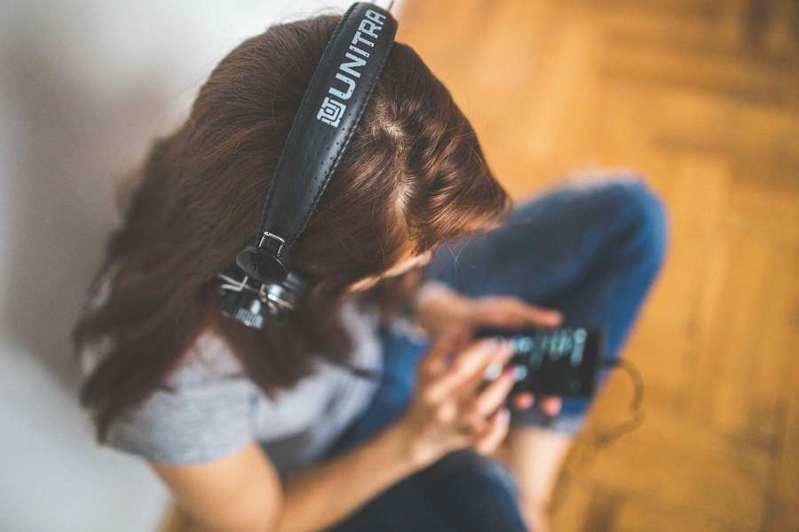 音樂產業在疫情下逐漸朝向線上發展。(photo by Kaboompics via Pexels, used under CC license)