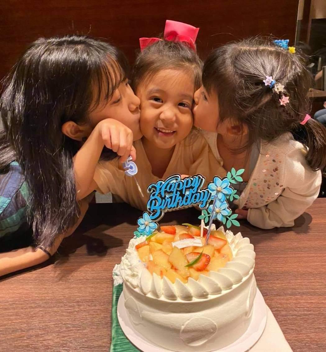 咘咘(中)過5歲生日,姊姊Angel(左)與妹妹波妞獻吻。圖/摘自臉書