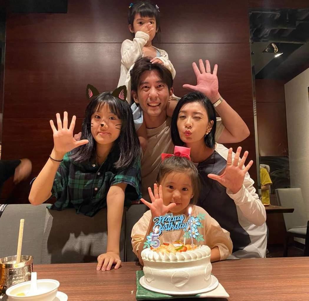賈靜雯與修杰楷一家人幫咘咘慶生。圖/摘自臉書