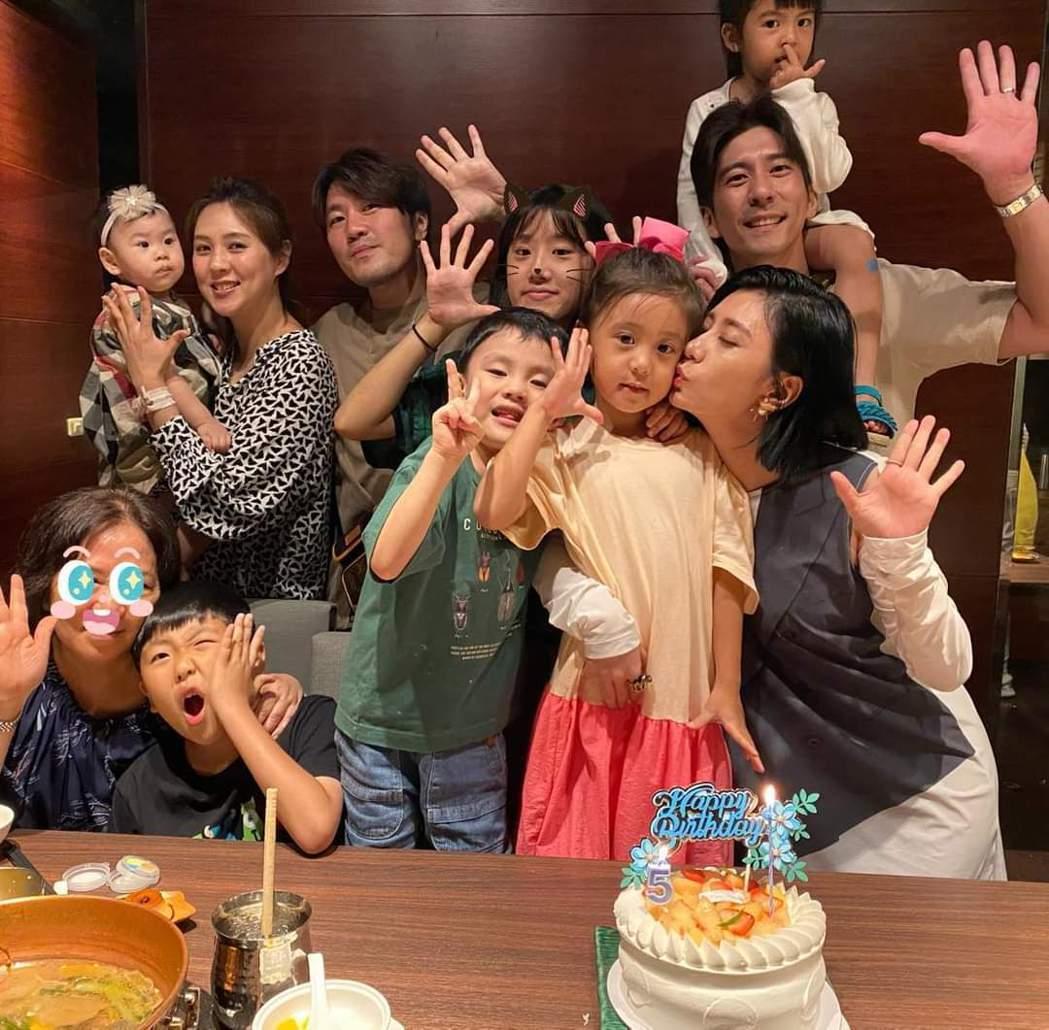 賈靜雯與修杰楷一家人幫咘咘(前左)慶生。圖/摘自臉書