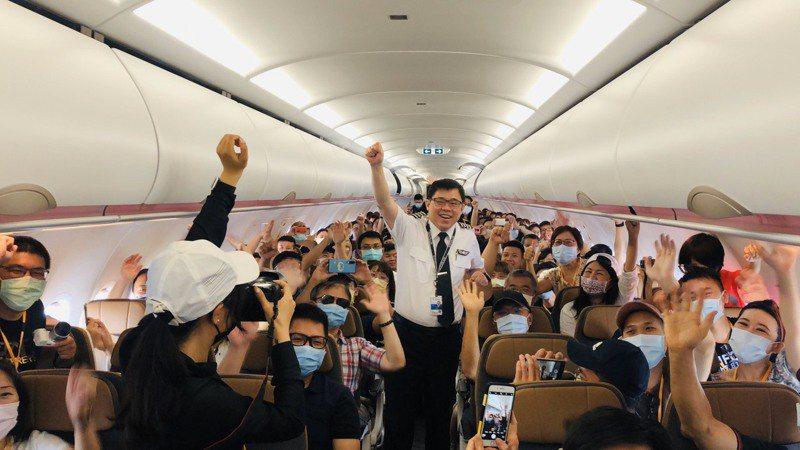 星宇航空董事長張國煒現身機艙向旅客打招呼。圖/星宇航空提供