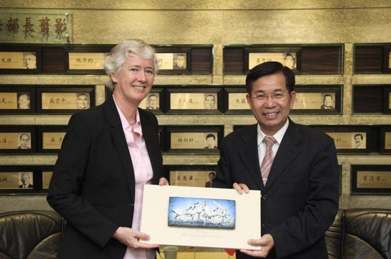 教育部長潘文忠8月接見英國在台辦事處代表唐凱琳及英國文化協會處長羅瑞福等人,雙方同意合作推動2030雙語國家政策全方位英語能力。英國每年選送2500名英語助理至全球各地協助教學,未來將研議選送英語教師與助理至台灣。圖/教育部提供