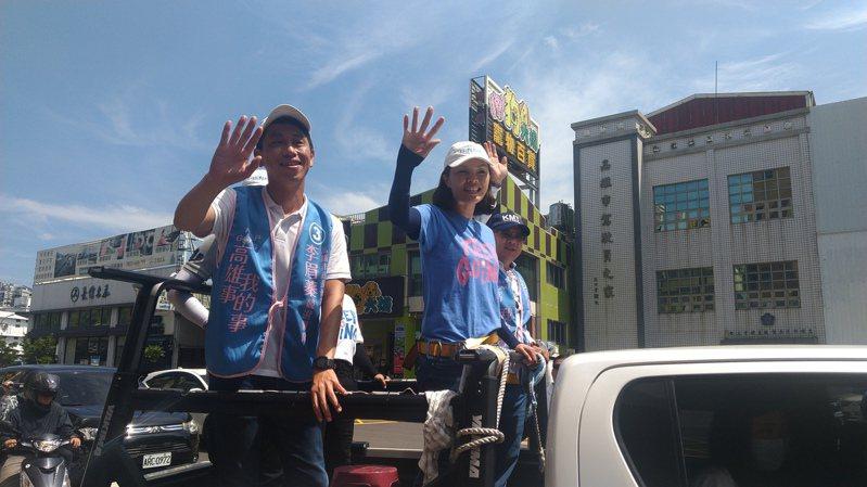 國民黨高雄市長補選候選人李眉蓁(右)由同黨議員蔡金晏(左)等人陪同,今早展開車隊掃街。記者蔡孟妤/攝影