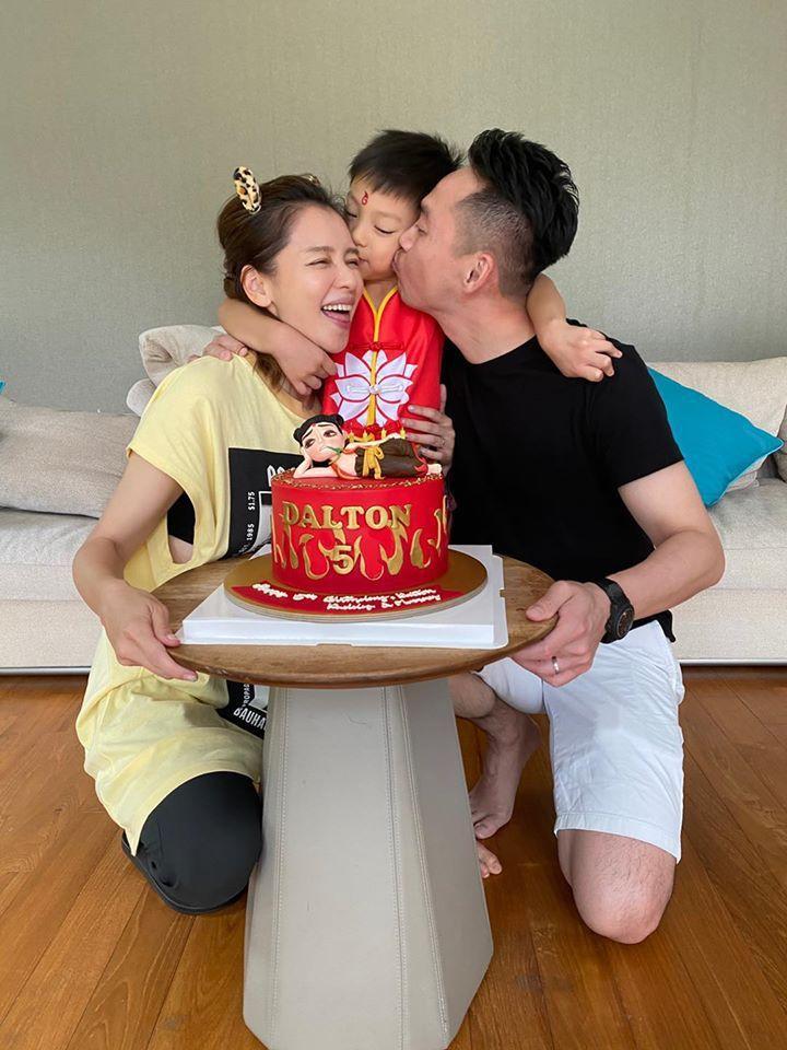 徐若瑄(左)日前在新加坡跟老公(右)替兒子慶生。圖/摘自臉書