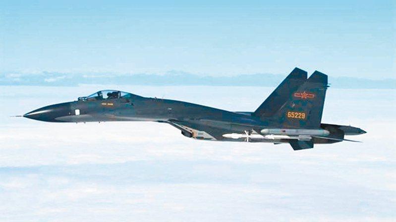 中共空軍殲11戰鬥機(圖)飛越海峽中線,空軍戰機屢屢升空攔截。圖/取自中共空軍微博