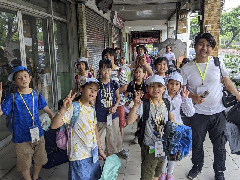 三線路執行長趙文俊(右)帶領12名國小學童走訪屏東老商圈與老建築。記者陳弘逸/攝影