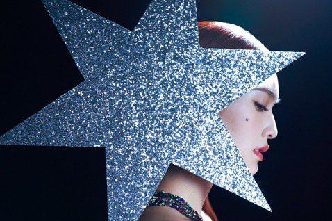 楊丞琳在出道20周年之際推出新歌「像是一顆星星」,由老公李榮浩製作、填詞,夫婦合力誕出作品,實為喜事,李榮浩說有20年經歷的藝人都有共同點,追求的東西一旦過了某段時間,就會越來越專注在專業上面,這個...