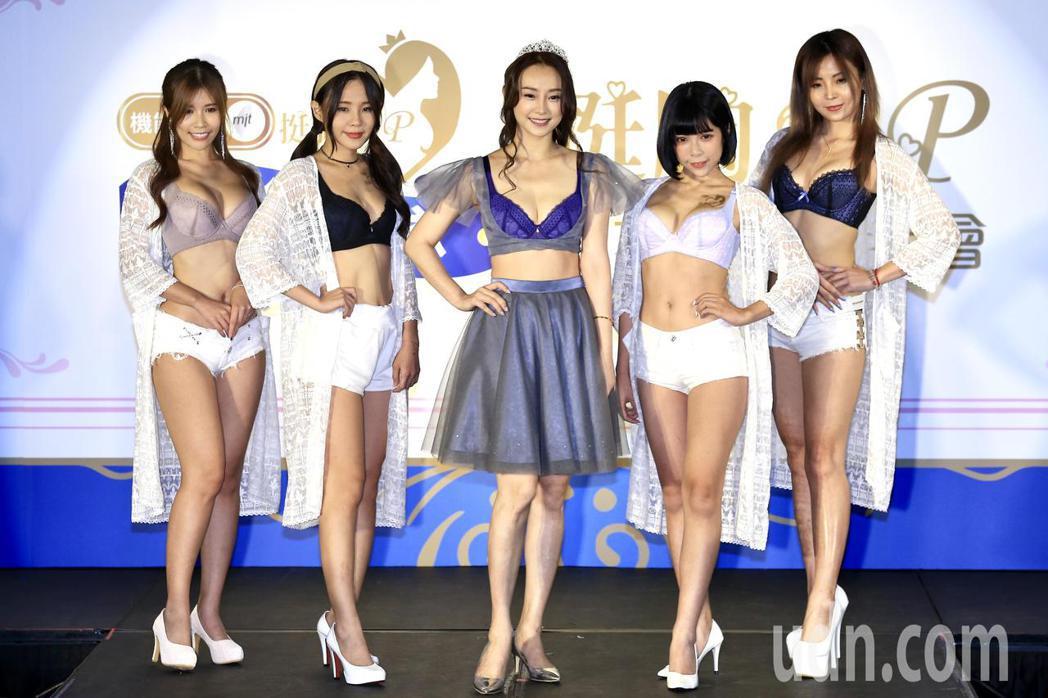 《炮仔聲》女星璟宣(中)今天擔任《藝鑚團隊挺胸up內衣》活動大使,首度以內衣造型...