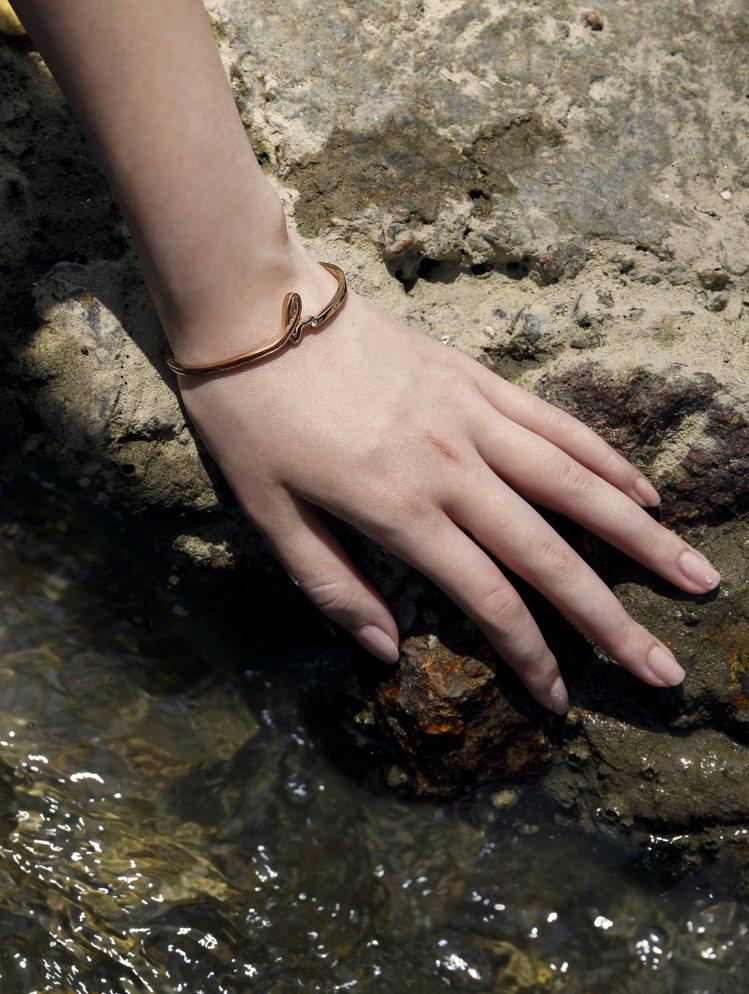 手環設計巧妙融合手寫b.字筆觸線條,流暢地依附於身體輪廓。圖/agnès b.提...