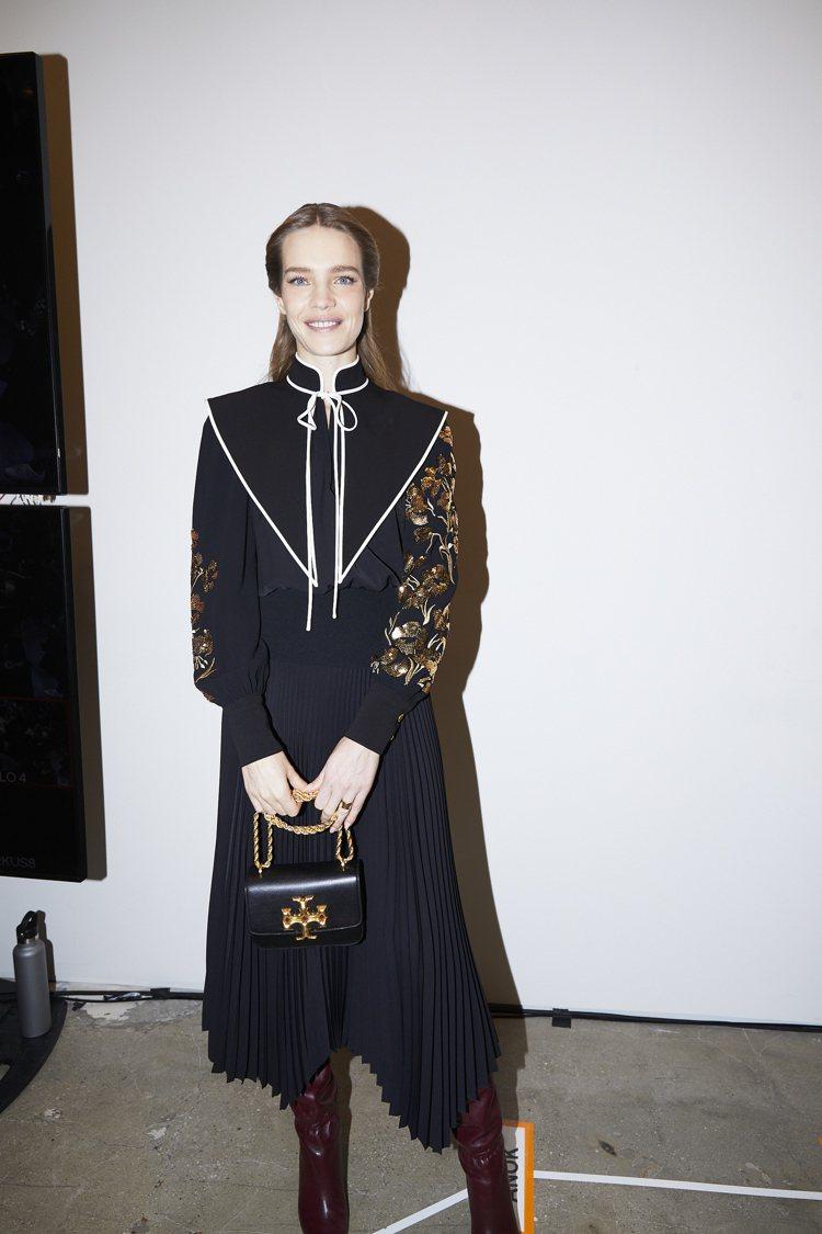 Natalia Vodianova拎Eleanor系列黑色皮革鍊帶肩背包(小) ...