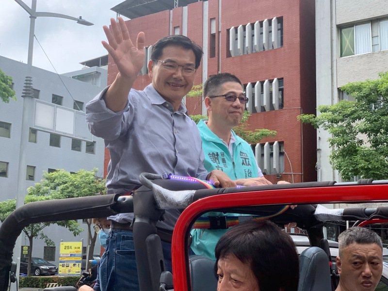 候選人吳益政(左)與民眾黨祕書長謝立功(右)車掃謝票。記者徐如宜/攝影