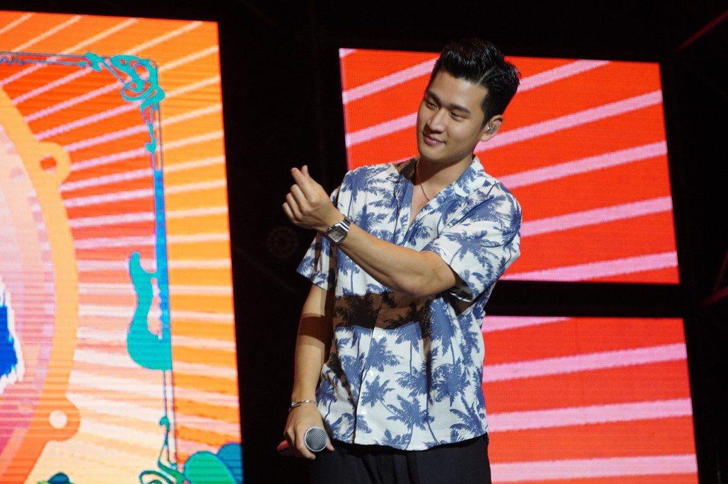 周興哲對著粉絲比出愛心手勢。圖/臺南市觀光傳播局提供