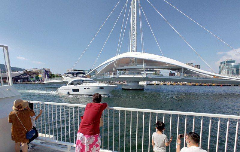 大港橋開橋秀時,有民間遊艇業者熱心跑來當「臨演」,但遊客多以為是港務公司早就安排好的橋段。記者蔡容喬/攝影