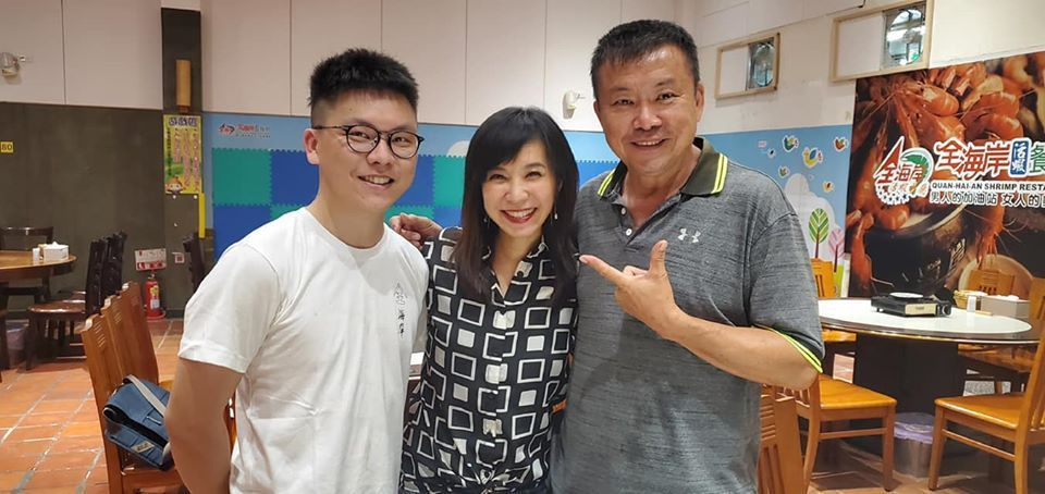 白心儀(中)再訪十年前報導主角胡椒蝦大王(右)。圖/東森新聞提供