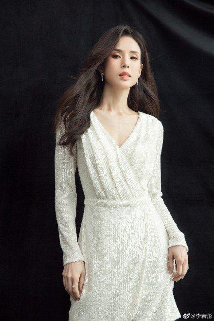 「最美小龍女」李若彤公佈真實年紀為54歲,她也透露自己多年不婚,是希望找到對的人