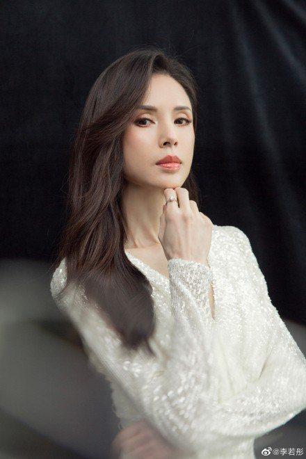 「最美小龍女」李若彤公佈真實年紀為54歲,她也透露自己多年不婚,是希望找到對的人...