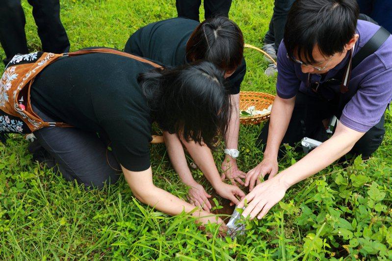 新北升格以後已有9200名先行者選擇環保葬法,而今年開始公立公墓遷葬,家屬採環保葬除了原有補償金外,再加發1萬元環保葬鼓勵金。圖/新北民政局提供