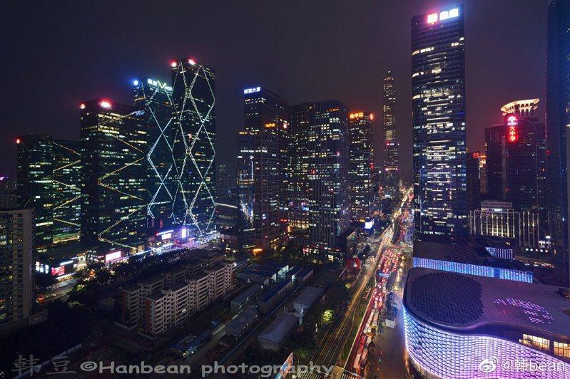 報告指出,近四年,上海、北京由人口淨流入轉變為淨流出;深圳、廣州、杭州三城近四年常住人口年均淨流入卻呈現高速增長。(圖/取自新浪網)
