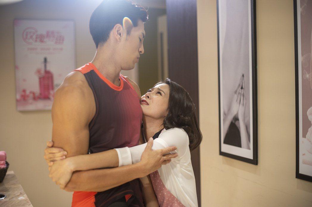 蘇晏霈(右)劇中迷戀陳禕倫飾演的「胸大無腦」肌肉猛男。圖/公視提供