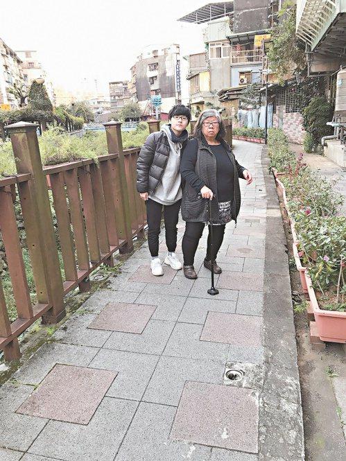 台北大學學生羅宜廷(左)從小與祖母相依為命,榮獲今年全國孝行獎。 圖/新北市教育局提供