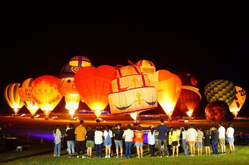 台東熱氣球嘉年華今年邁入10周年,今天晚上7點至8點半在鹿野高台舉辦「生日派對」光雕音樂會。記者羅紹平/翻攝