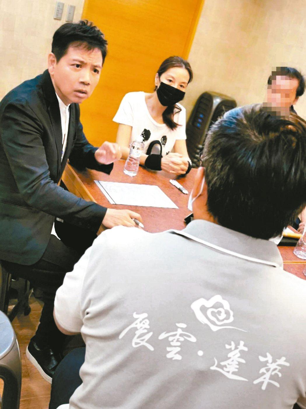 張正藍(右)和陳凱倫討論張母治喪事宜。 圖/展雲幸福禮儀提供