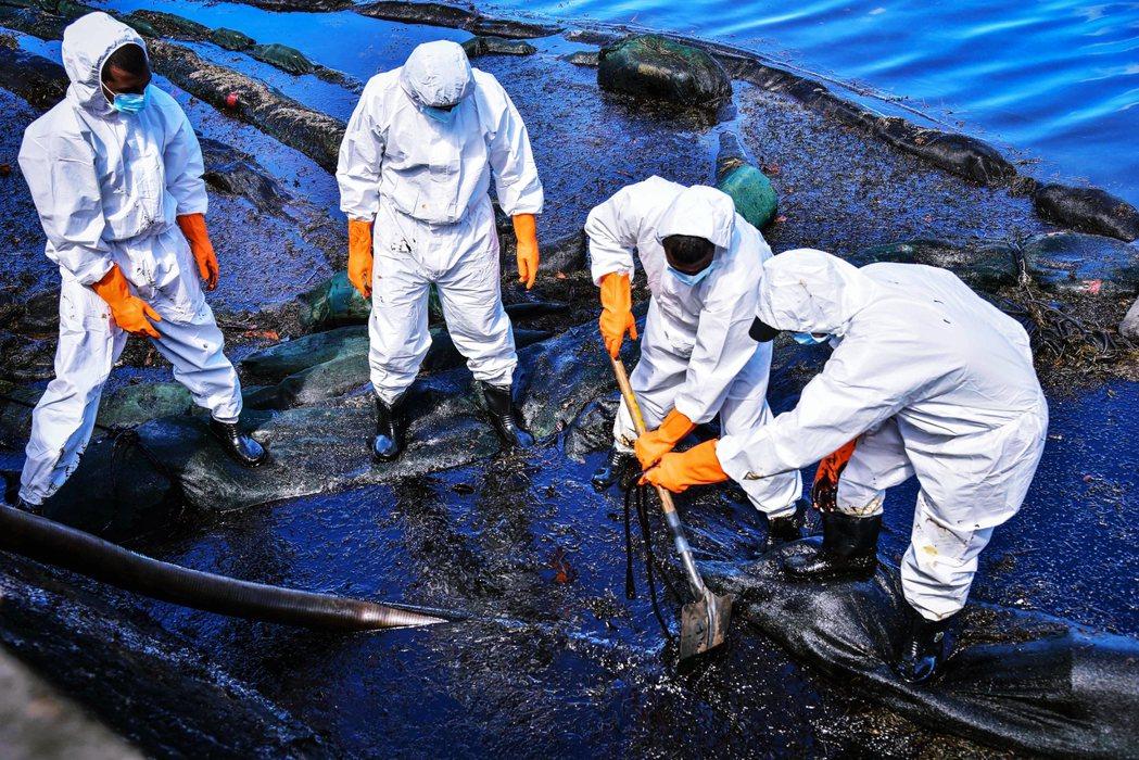 漏油事件對模里西斯自然保育生態造成嚴重汙染,迫使官方宣告進入環境緊急狀態、動員應...