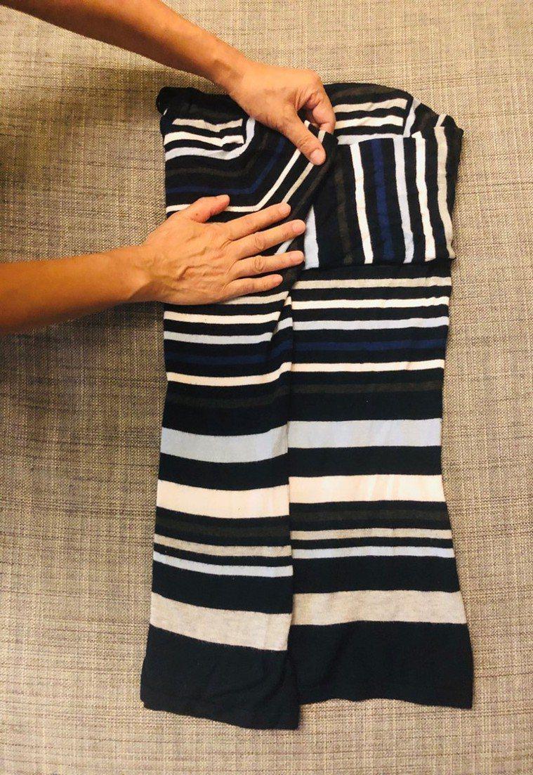 2.袖子肩膀處摺約三分之一寬,與衣服側邊對齊。