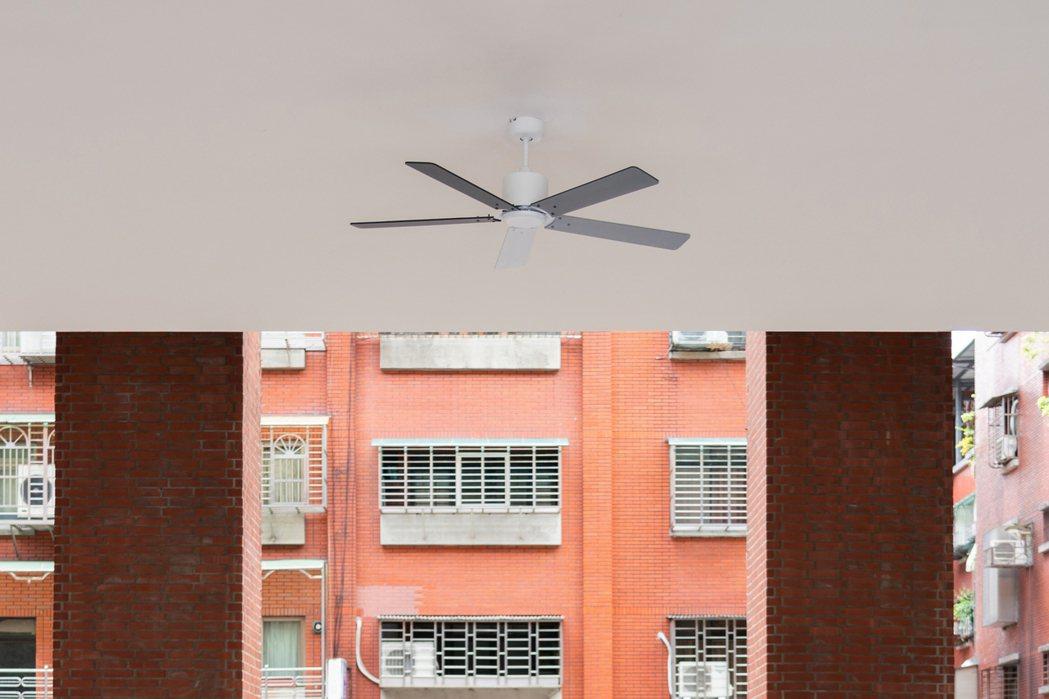 連接第一與第二展覽室的川堂天花板處,懸掛著藝術家賴志盛的作品《輕風徐來》。 圖/...
