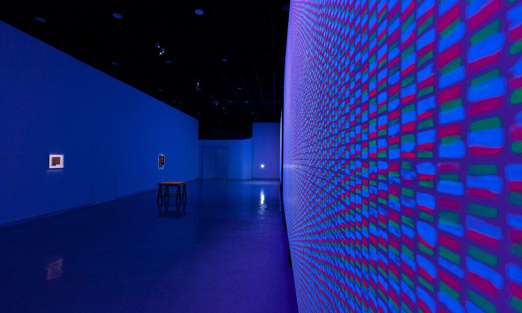 第二展場中的幾件作品不約而同地指向了「觀看」以及何謂真實的探問。 圖/給火星人類...