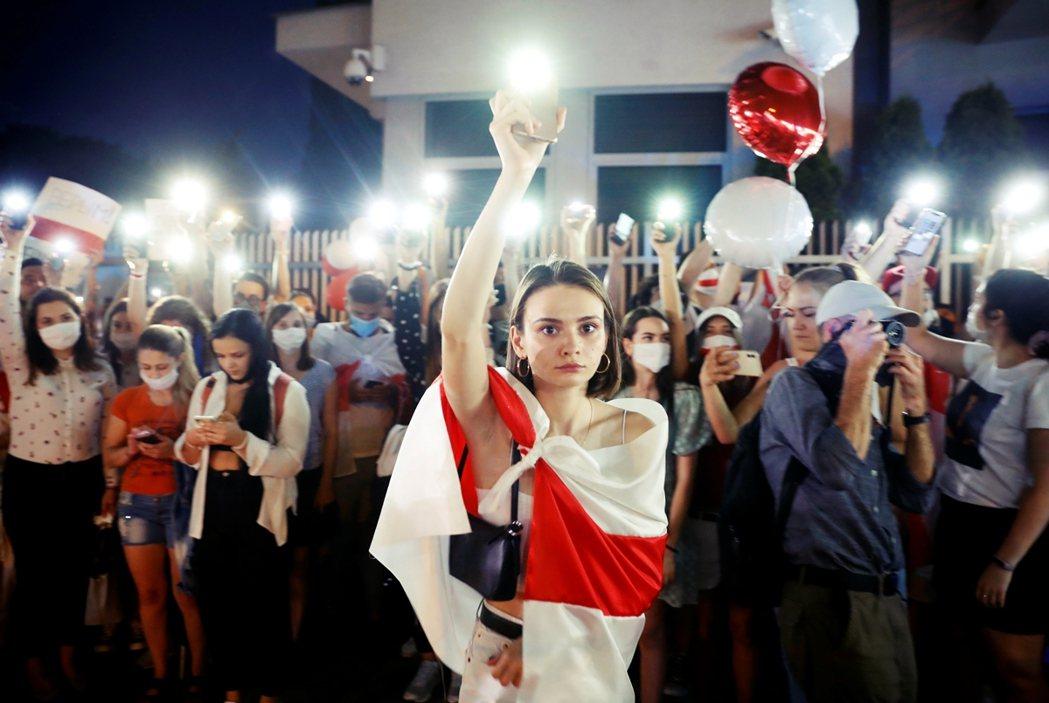 14日,白俄羅斯駐波蘭大使館前,聲援白俄羅斯示威者的活動。 圖/路透社