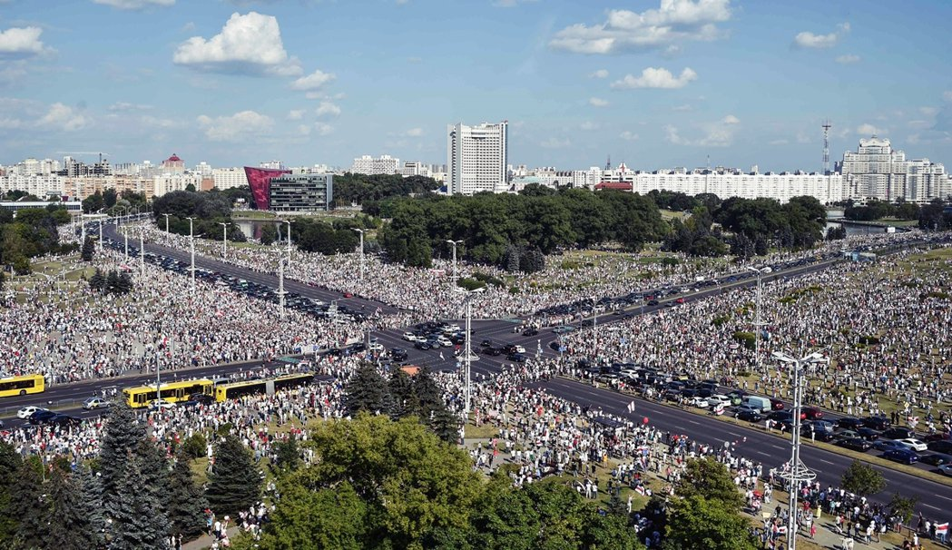 上周日在首都明斯克,民主派示威者以白俄史上最大規模、超過10萬自由示威者「反包圍...