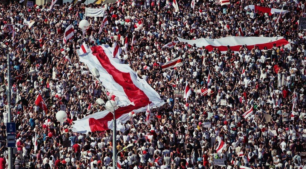 周末一連兩天,首都明斯克發動了「天下圍城式」的和平示威。 圖/歐新社