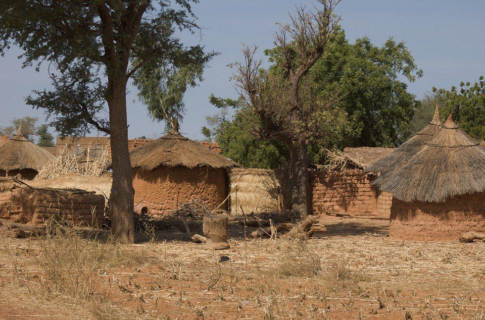 布吉納法索當地農藥汙染,傳染病肆虐,連飲用水都不夠。 圖/pixabay