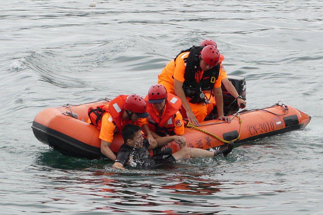 每到農曆七月,只要發生溺水事件,新聞報導通常會被冠上「抓交替」的聳動標題。圖為第二岸巡總隊救生救難演練。 圖/聯合報系資料照