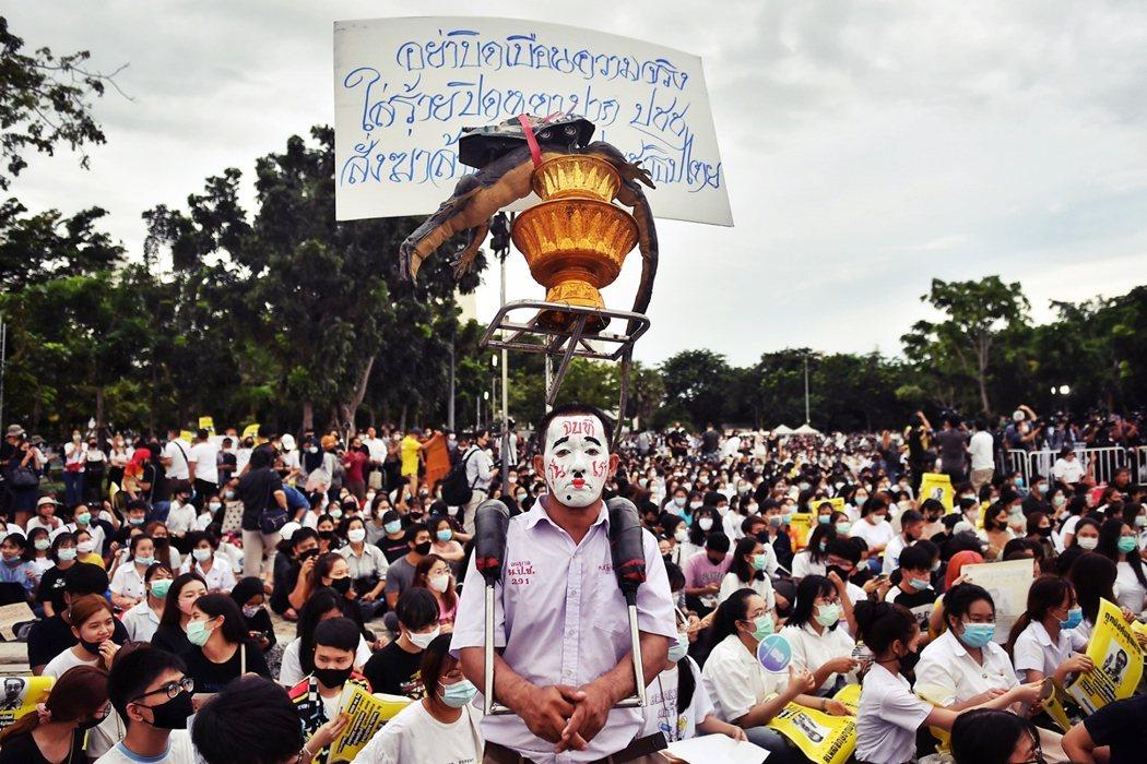 近日泰國各地傳出禁止學生集會的消息,從而引發更大範圍鎮壓的擔憂。圖為8月10日,...